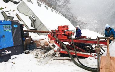雪の中での削孔作業